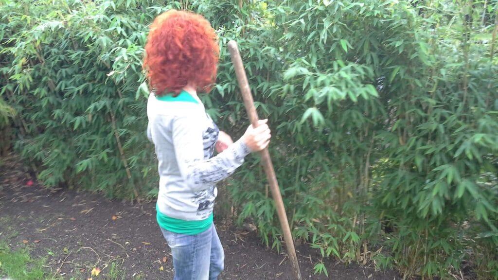 Kvinde der arbejder med bambushæk